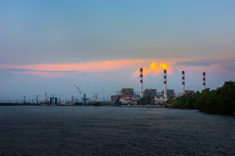 Centrale électrique, centrale électrique de Bangpakong, concept énergétique, ciel nocturne image libre de droits