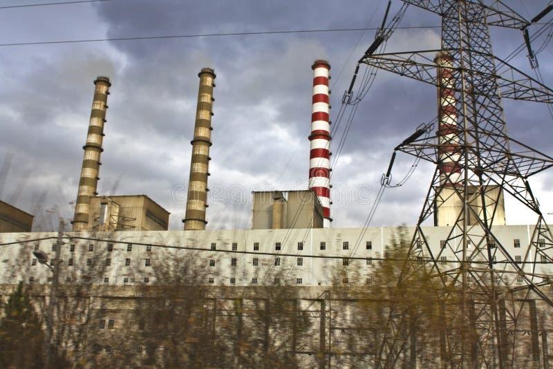 Centrale électrique de charbon de bois chez la Grèce du nord près photo libre de droits