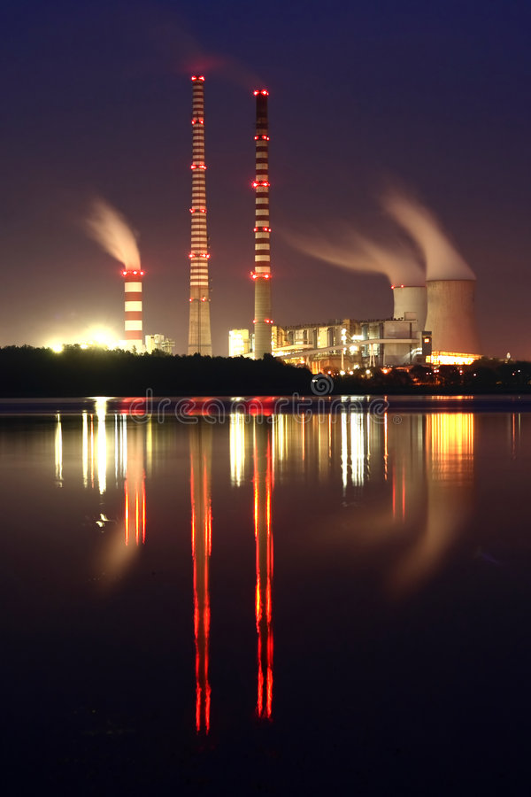 centrale électrique de nuit photo libre de droits