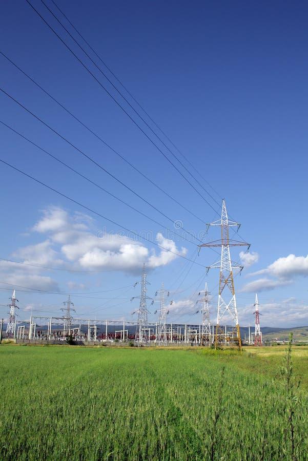 Centrale électrique et piliers électriques image stock