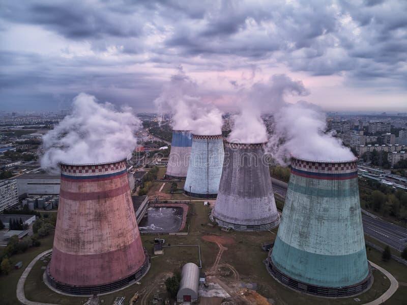 Centrale atomica dopo il tramonto Paesaggio di crepuscolo con i grandi camini fotografia stock libera da diritti