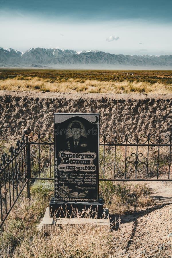 Centrale Aziatische moslimbegraafplaats met oude en nieuwe mausolea samen, in Kazachstan stock fotografie