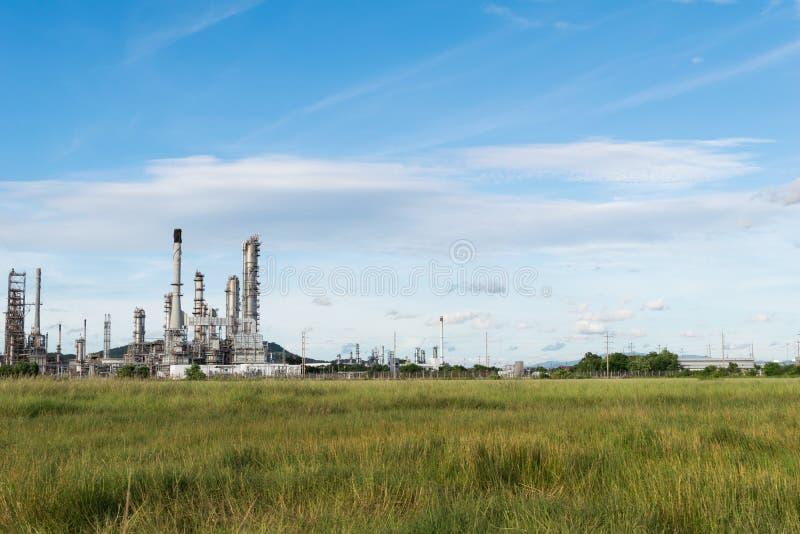 Centrale d'industrie pétrochimique avec le fond de ciel bleu images libres de droits
