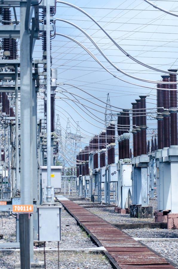 Centrale de centrale à charbon et nuit d'usine de ciment image stock