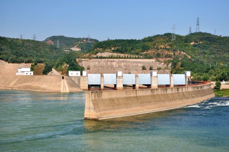 Centrale de l'électricité de l'eau sur le fleuve image stock