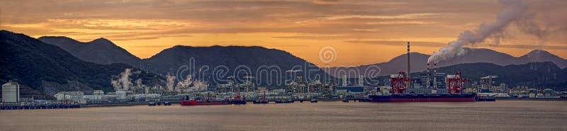 Centrale de raffinerie de pétrole au coucher du soleil photos stock