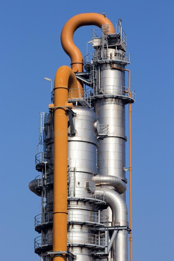 Centrale de raffinerie de tour de refroidissement images libres de droits