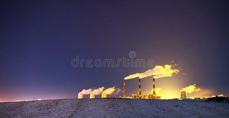 Centrale elettrica alla notte immagini stock