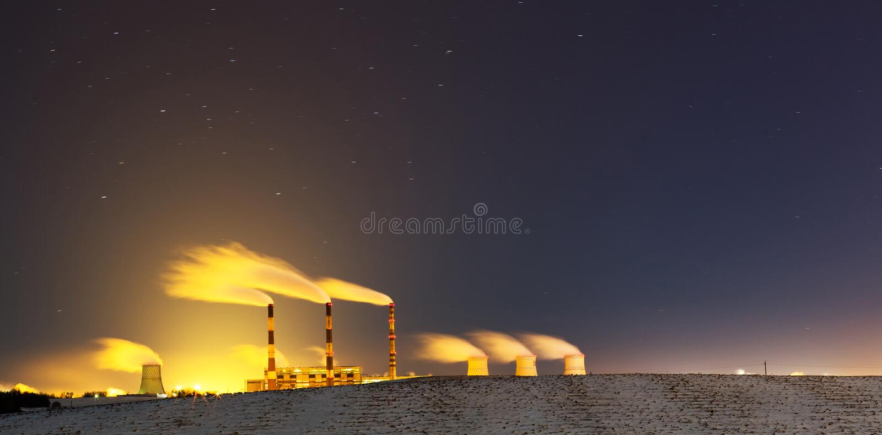 Centrale elettrica alla notte fotografie stock libere da diritti
