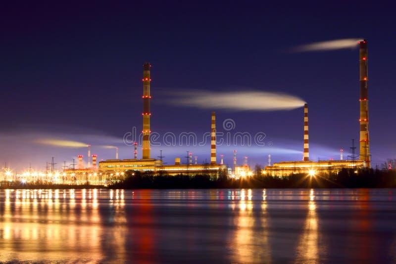 Centrale elettrica alla notte Il paesaggio industriale immagini stock libere da diritti