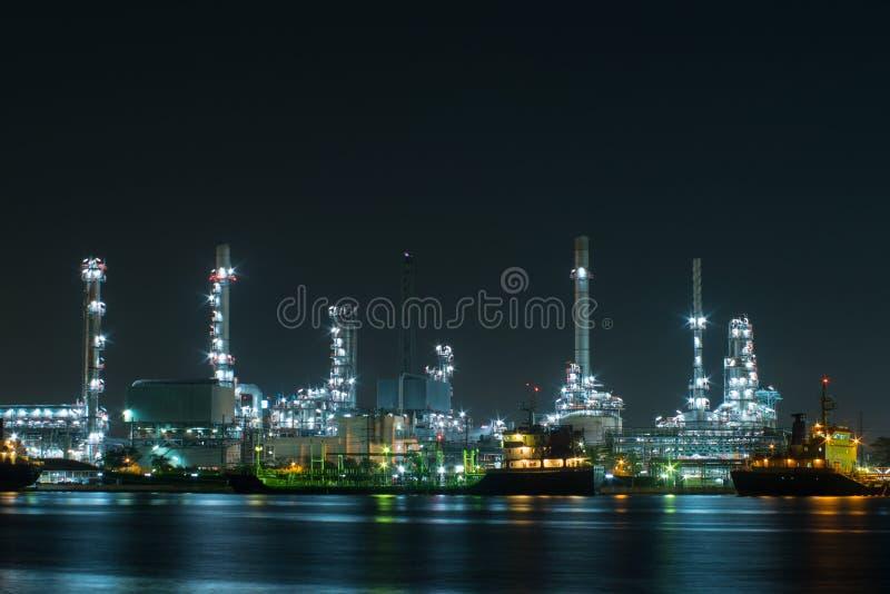Centrale elettrica con la barca di trasporto alla notte fotografia stock
