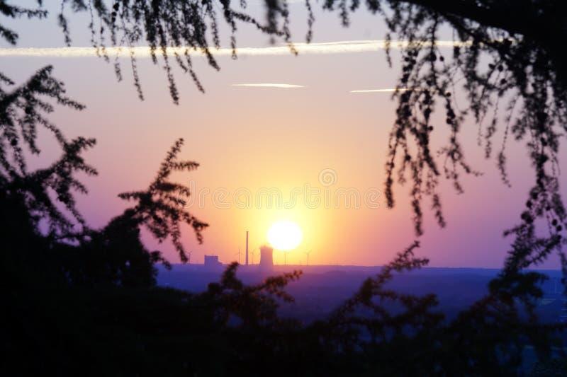 Centrale elettrica davanti ad un tramonto fotografia stock