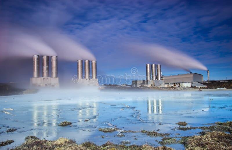 Centrale elettrica di energia geotermica fotografia stock libera da diritti
