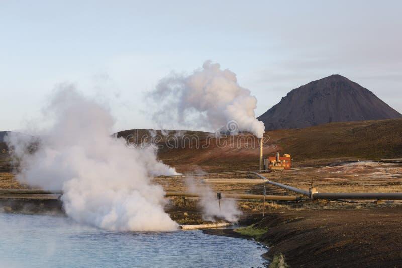 Centrale elettrica di energia geotermica e lago luminoso turquoise in Islanda fotografia stock libera da diritti