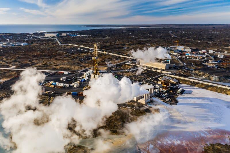 Centrale elettrica di energia geotermica situata alla penisola di Reykjanes in Islanda fotografia stock libera da diritti