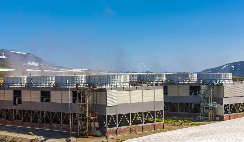Centrale elettrica di energia geotermica sul vulcano di Mutnovsky fotografia stock