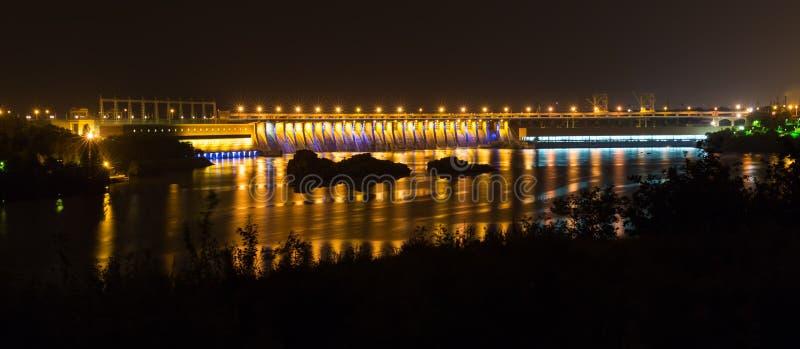 Centrale elettrica di idro di notte fotografia stock