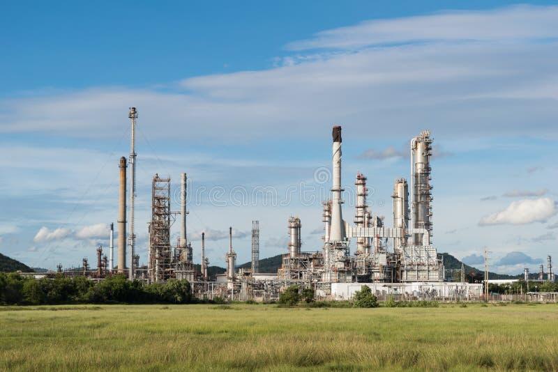 Centrale elettrica di industria petrochimica con il fondo del cielo blu immagini stock libere da diritti