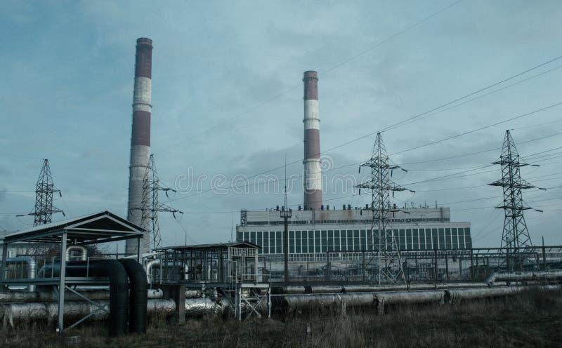 Centrale elettrica e tubi sovietici del sistema di riscaldamento immagine stock