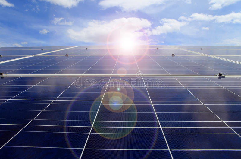 Centrale elettrica facendo uso di energia solare rinnovabile sulla nuvola del cielo blu con immagini stock libere da diritti