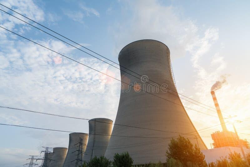 Centrale elettrica nel tramonto immagine stock