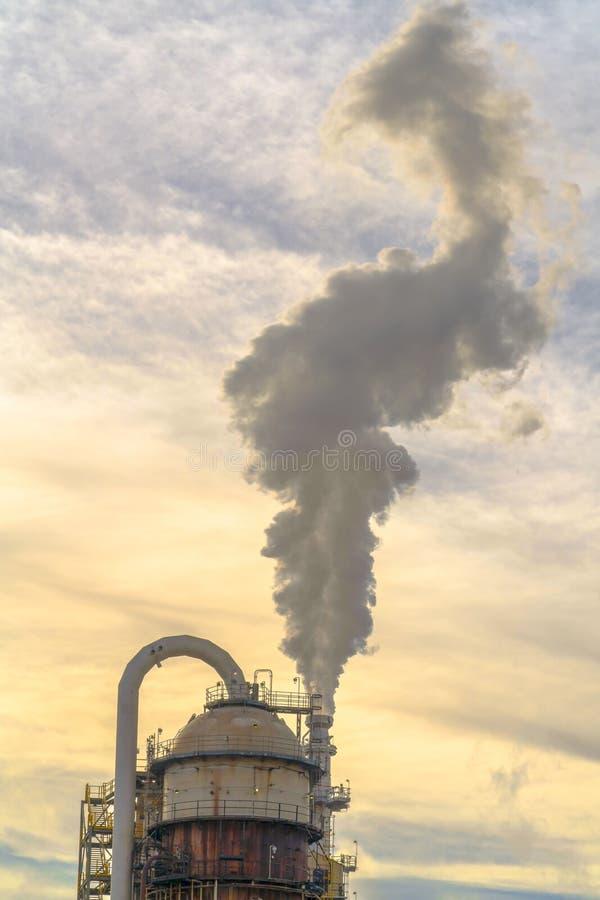 Centrale elettrica a Salt Lake City contro il cielo nuvoloso fotografie stock libere da diritti