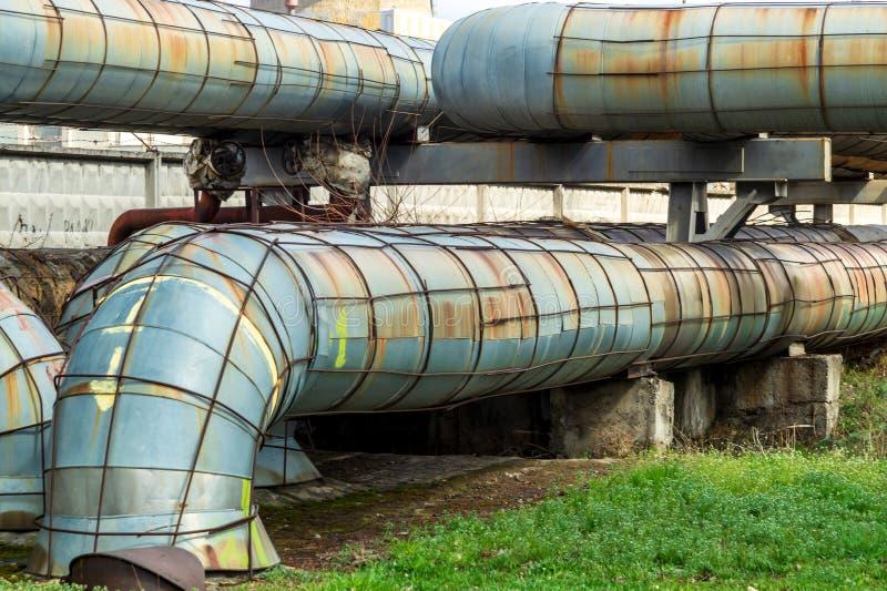 Centrale elettrica termica con le grandi tubature dell'acqua fotografie stock libere da diritti