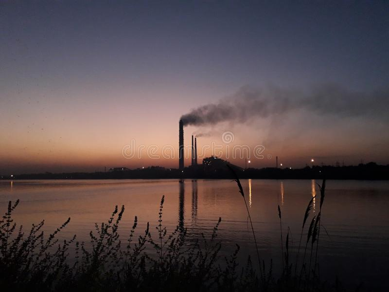 centrale elettrica termica di kota e fiume chambal immagine stock