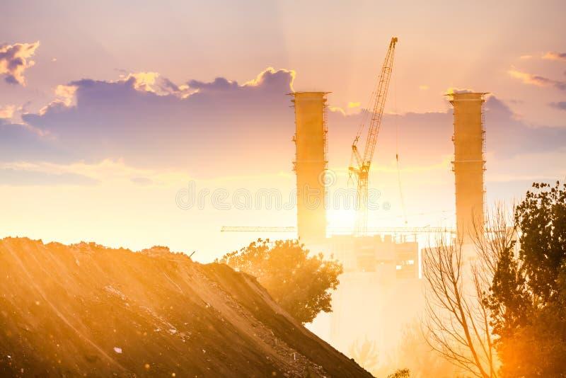Centrale elettrica termica sul tramonto fotografia stock libera da diritti