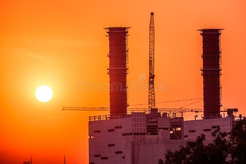 Centrale elettrica termica sul tramonto immagine stock