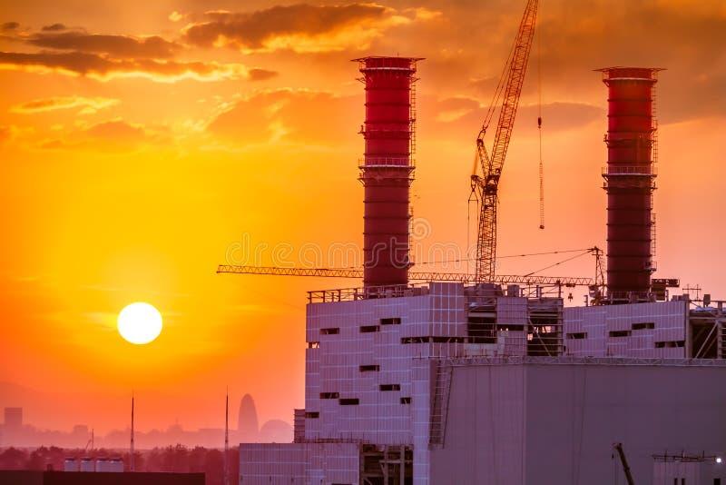 Centrale elettrica termica sul tramonto immagine stock libera da diritti