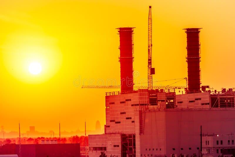 Centrale elettrica termica sul tramonto immagini stock