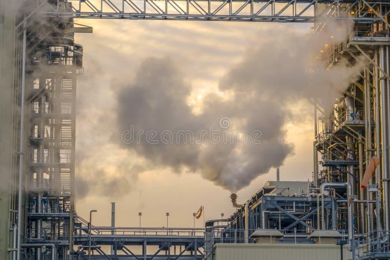 Centrale en vallée de l'Utah avec de la fumée grise épaisse émise contre le ciel nuageux photo stock