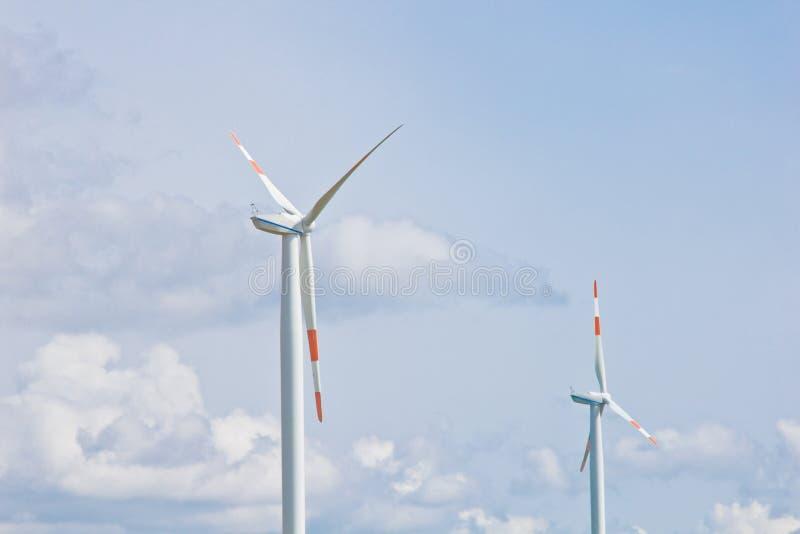 Centrale eolica sui precedenti del cielo nuvoloso luminoso primo piano del generatore eolico elettricit? verde, energia alternati immagini stock