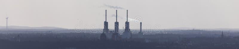 Centrale fumeuse dans un panorama de paysage d'ubran photos libres de droits