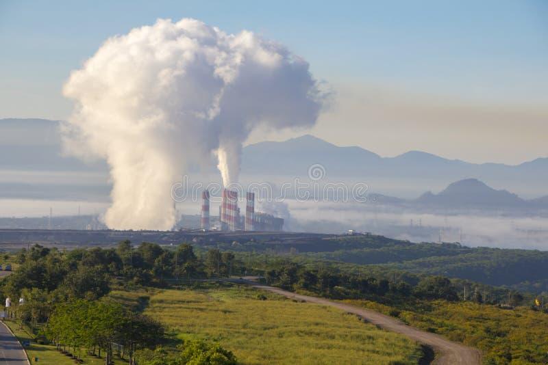 Centrale industrielle avec la cheminée, Mea Moh, Lampang, Thaïlande photos libres de droits