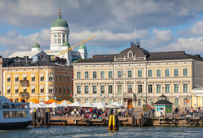 Centrale kade van Helsinki met schepen en stadskathedraal stock afbeelding