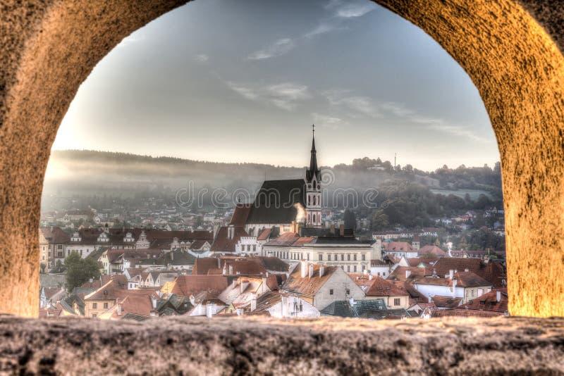 Centrale kerk van Cesky Krumlov zoals die door een venster wordt gezien royalty-vrije stock afbeeldingen