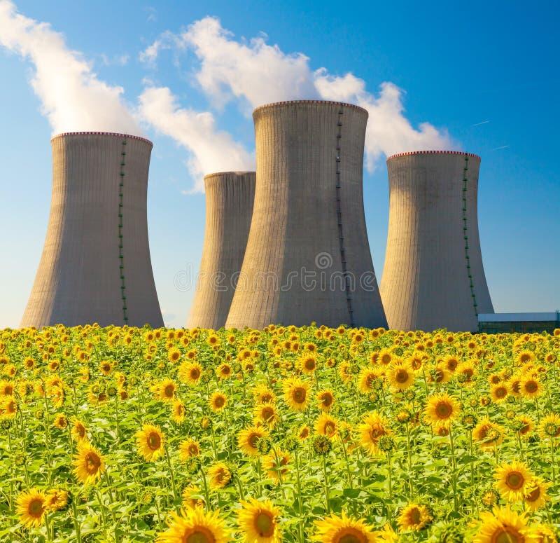 Centrale nucléaire Dukovany avec le gisement de tournesol, République Tchèque images libres de droits