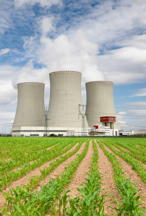 Centrale nucléaire Temelin avec le champ de maïs, République Tchèque photo libre de droits