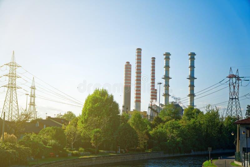 Centrale nucléaire, tour de refroidissement, fond industriel photos libres de droits