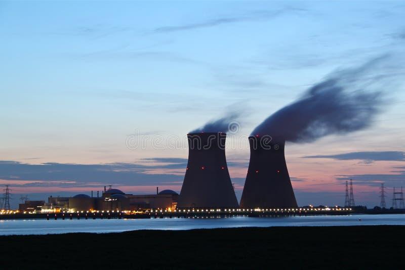 Centrale nucleare al tramonto fotografie stock libere da diritti