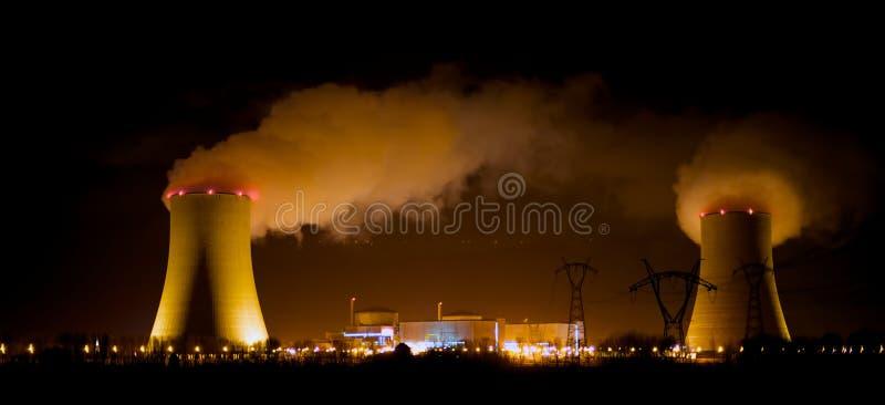 Centrale nucleare alla notte fotografia stock libera da diritti