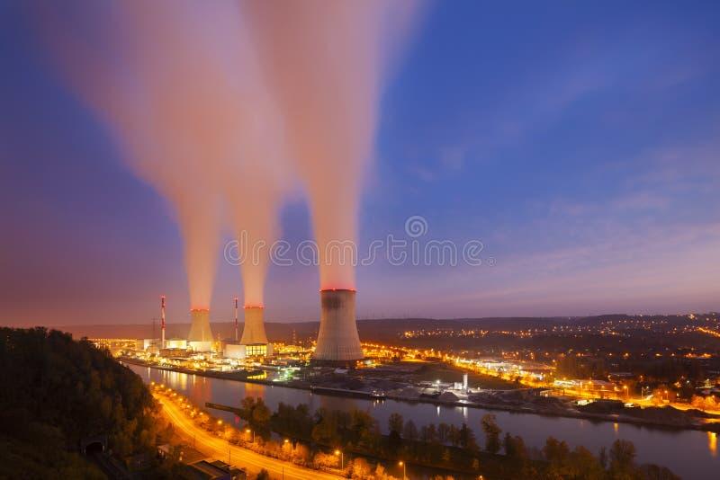 Centrale nucleare alla notte fotografia stock