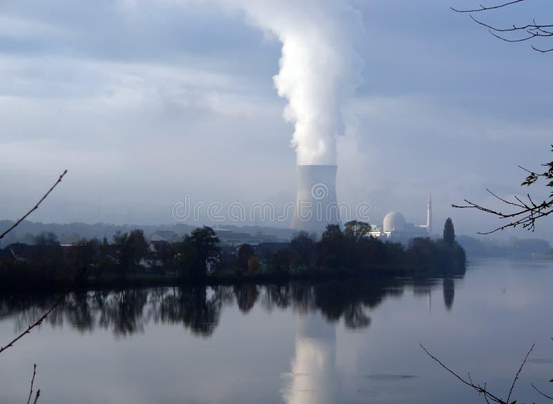 Centrale nucleare che riflette nel fiume fotografia stock libera da diritti
