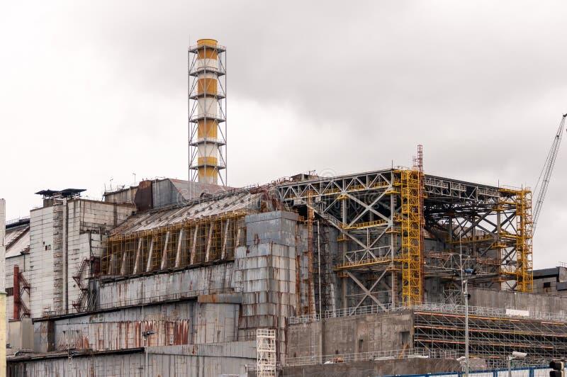 Centrale nucleare del Chernobyl Vista sul vecchio sarcofago distrutto prima della stazione della copertura di nuova relegazione d fotografia stock libera da diritti