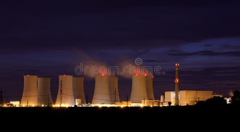 Centrale nucleare entro la notte. immagine stock libera da diritti