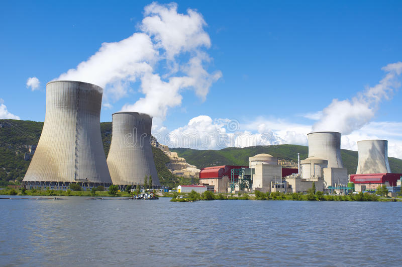 Centrale nucleare, fiume di Rhone, Francia immagini stock libere da diritti