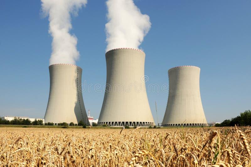 Centrale nucleare - torri di raffreddamento immagine stock