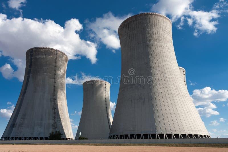 Centrale nucleare, torri di raffreddamento contro cielo blu fotografia stock libera da diritti
